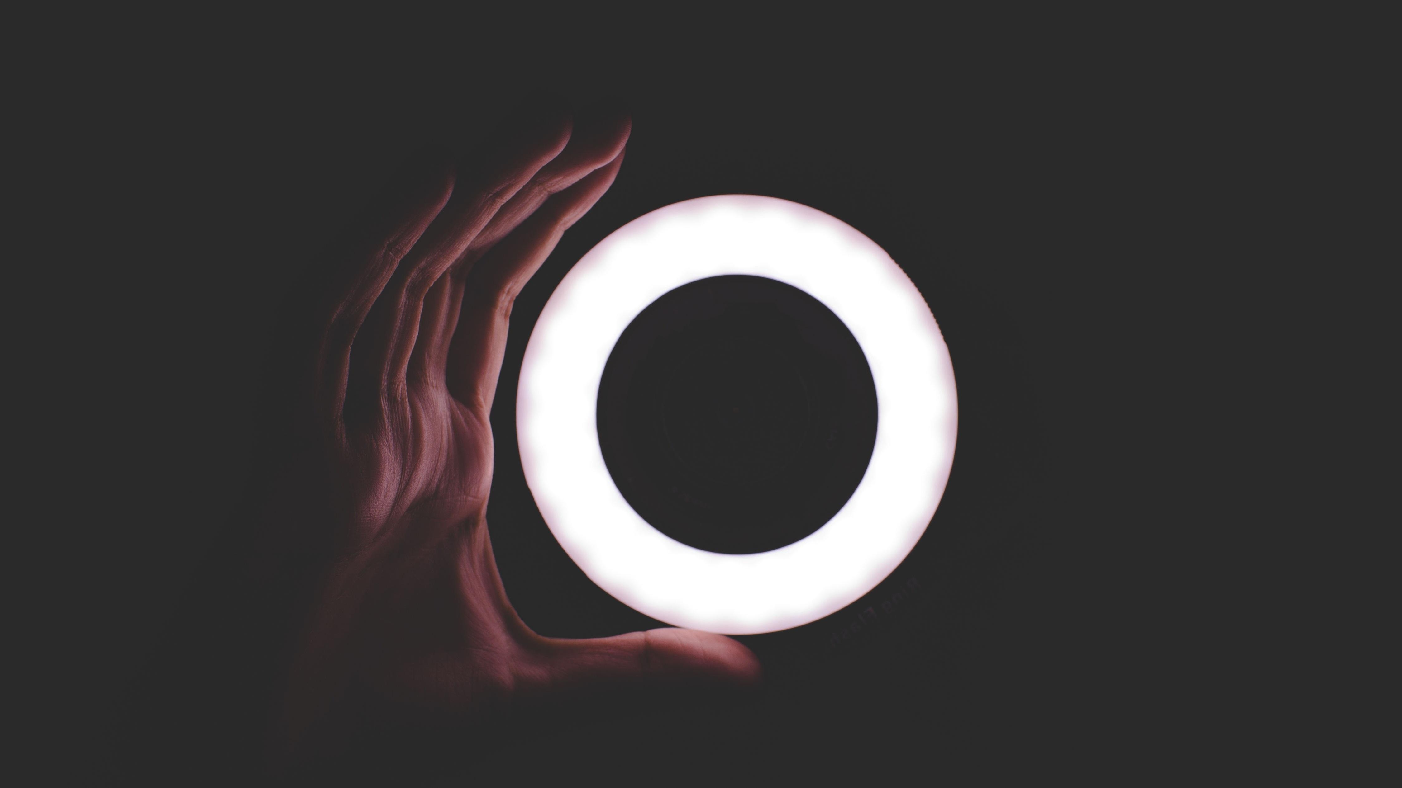 Ringlicht in einem dunken Raum