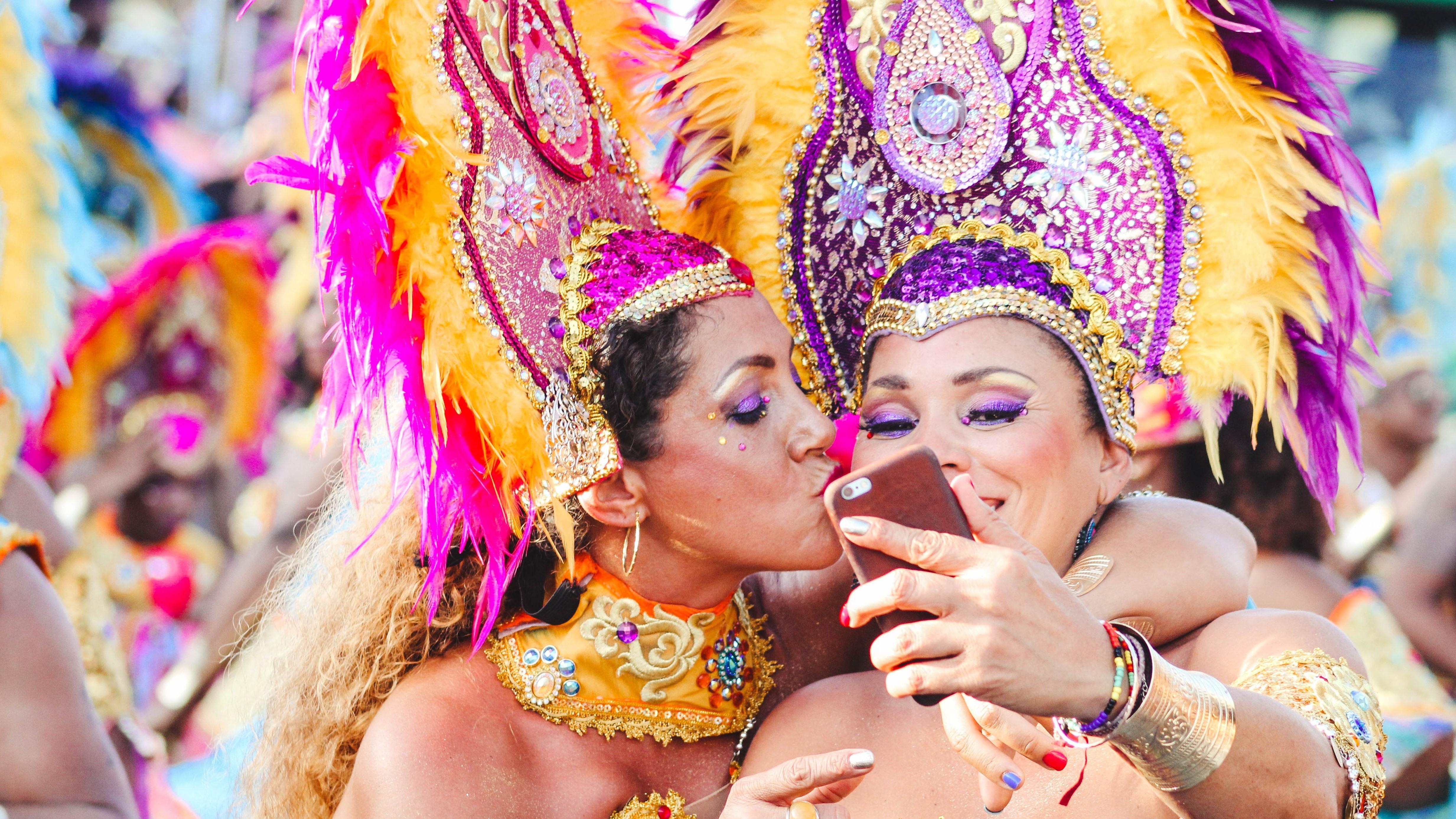 Zwei Frauen an Karneval machen ein Selfie