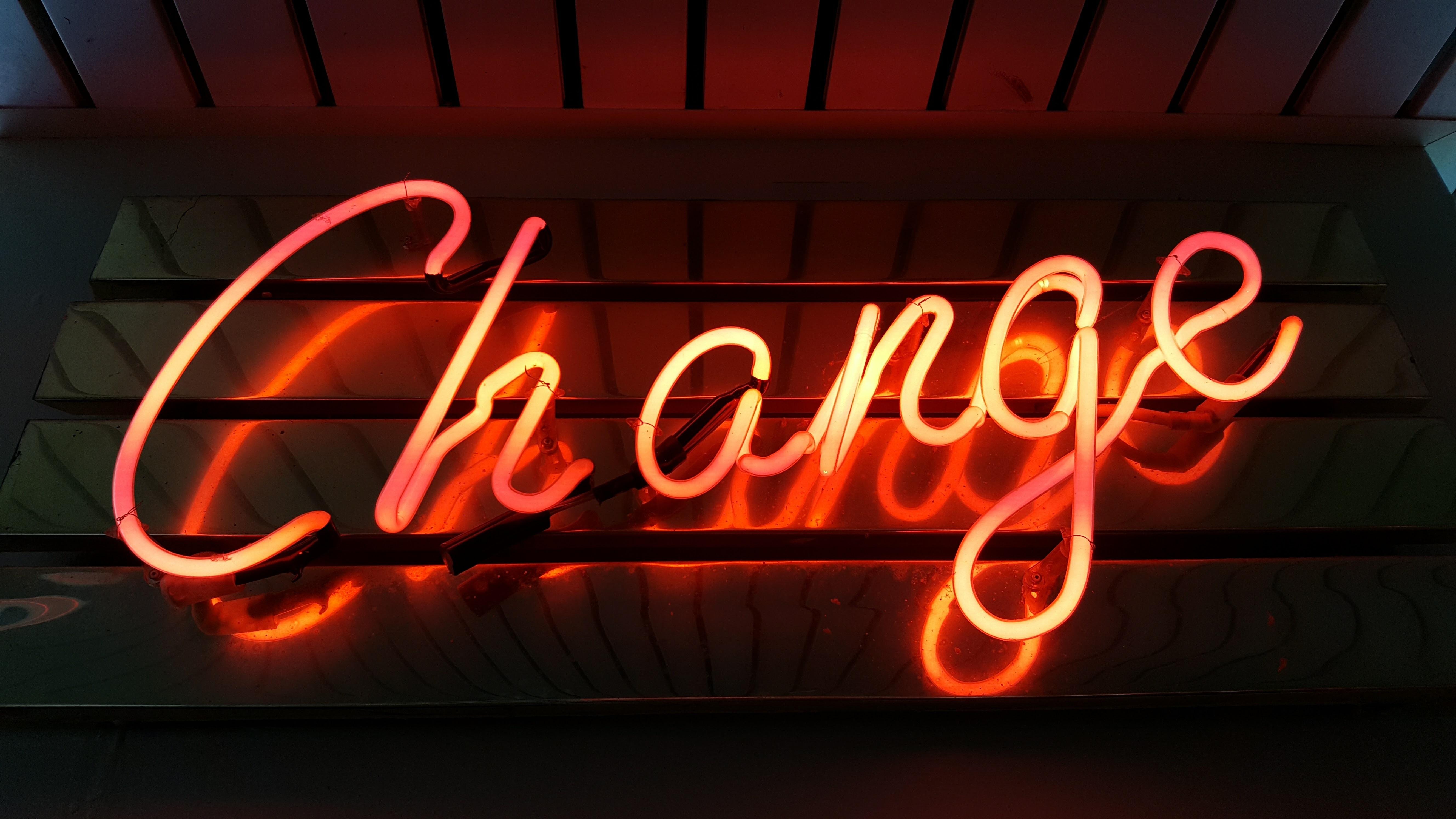 """Leuchtreklame mit Schriftzug """"Change"""""""